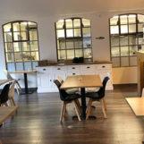 deurne leeft brasserie alegria portugal interieur stoelen licht