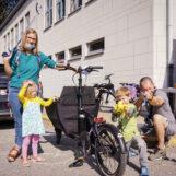 gewapend met een grijpstok - gezin met twee kindjes aan het opruimen tijdens deurne ruimt op drop 2020